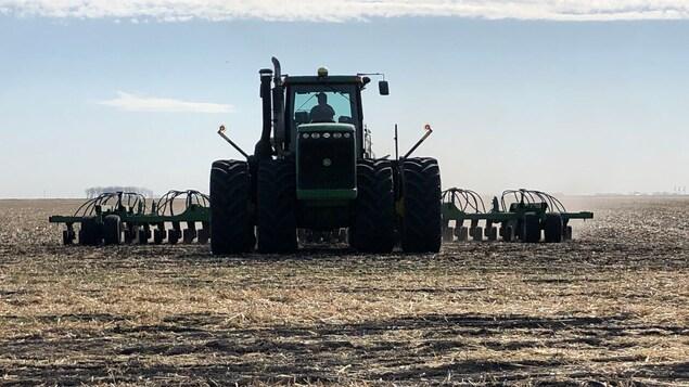 Un tracteur dans un champ asséché.