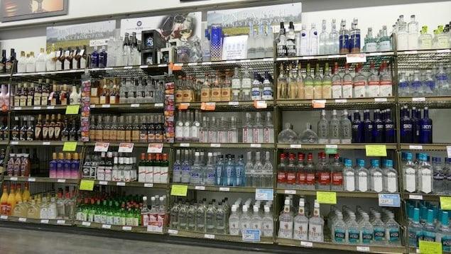 Des bouteilles d'alcool sur un présentoir.