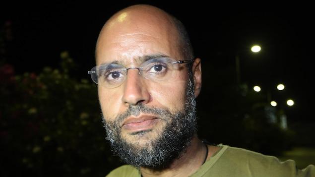 Seif al-Islam, le fils du défunt leader Mouhamar Kadhafi, apparaît devant des partisans et des journalistes, à Tripoli, tôt le 23 août 2011.