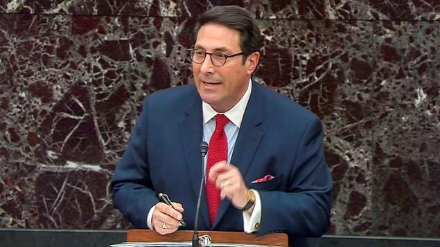 Jay Sekulow, tenant un stylo, s'adresse aux sénateurs.