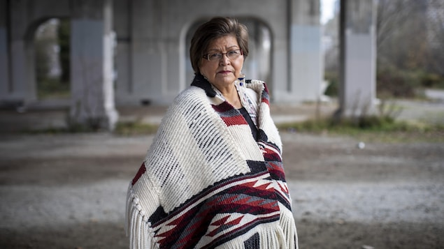 Janice George est photographiée près du pont Burrard.