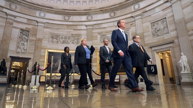 Les représentants démocrates Adam Schiff, Jerry Nadler, Zoe Lofgren, Hakeem Jeffries, Val Demings, Jason Crow et Sylvia Garcia marchent en direction du Sénat.
