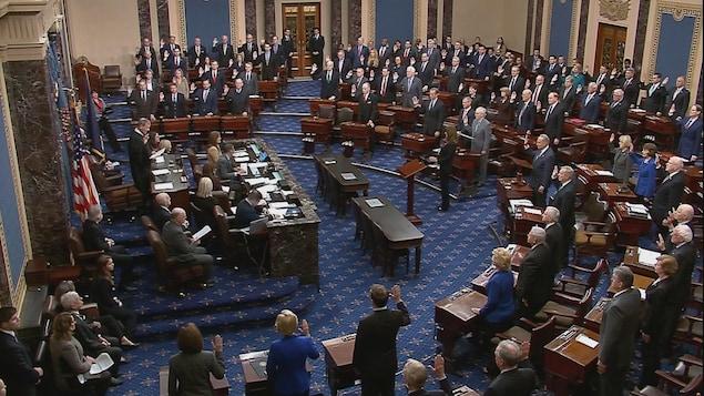La main levée, les 100 sénateurs prêtent serment devant le juge en chef de la Cour suprême.