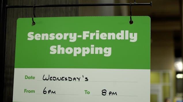 Un panneau où l'on indique les heures réservées aux personnes atteintes d'hypersensibilité sensorielle.