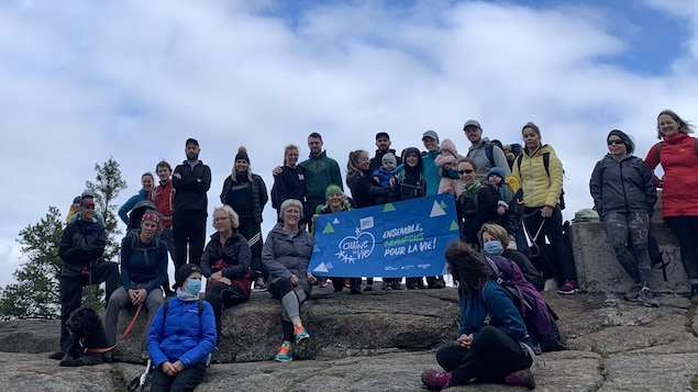 Un groupe au sommet du sentier.