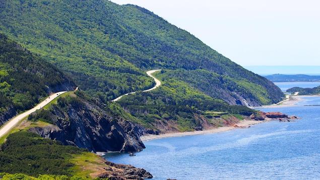 Un sentier à flanc de montagne au bord de l'océan Atlantique.