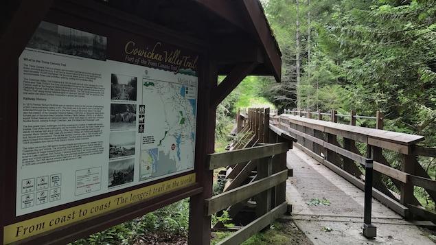 Panneau d'affichage du sentier avec la carte et les informations touristiques.