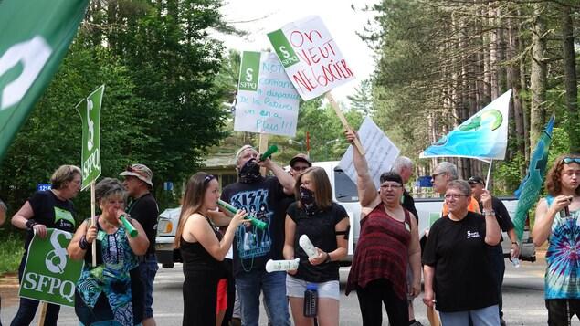 Des employés du Centre touristique du Lac-Simon forment une ligne de piquetage et tiennent des affiches avec des messages comme «on veut négocier» et «notre confiance a disparu, de la patience on n'en a plus».