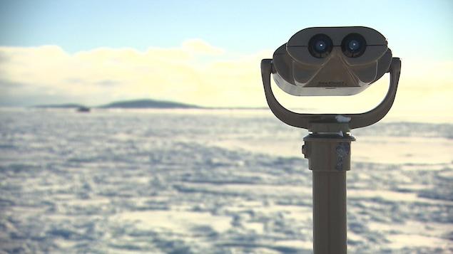 Une machine pour voir au loin sur le bord de l'eau à Sept-Îles.