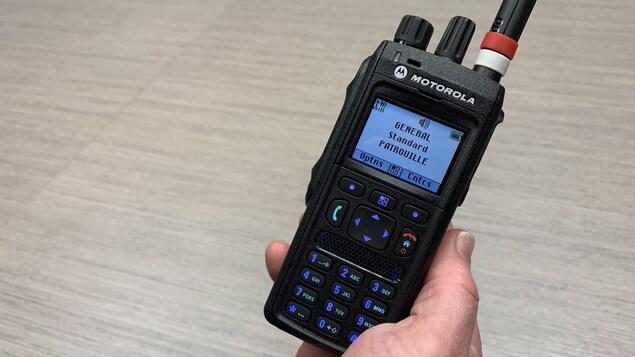 Un terminal radio portatif du Service de police de la Ville de Québec