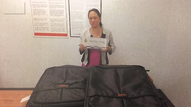 Serena Khavita Narinesingh avec ses deux valises