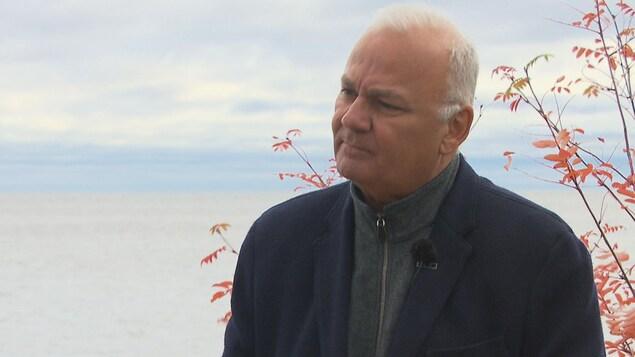 Serge Bergeron, candidat à la mairie de Roberval, accorde une entrevue à une équipe de Radio-Canada.