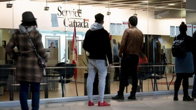Des gens attendent l'ouverture des portes.