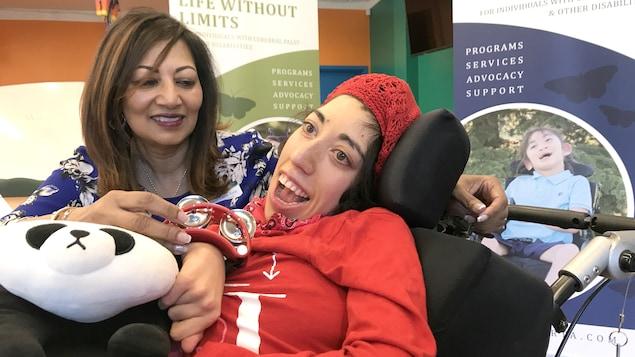 Mezaun Lakha-Evin est penchée vers Shari Lakha-Evin, atteinte de paralysie cérébrale.