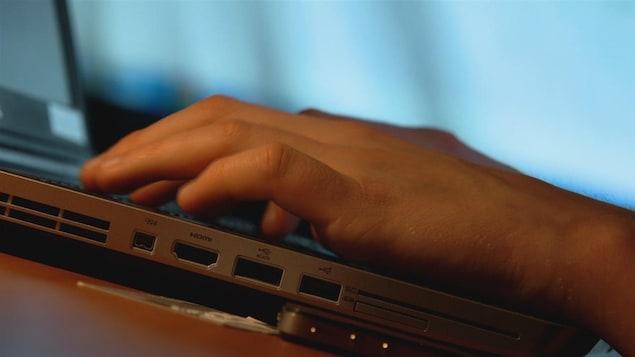 Des mains sur un clavier