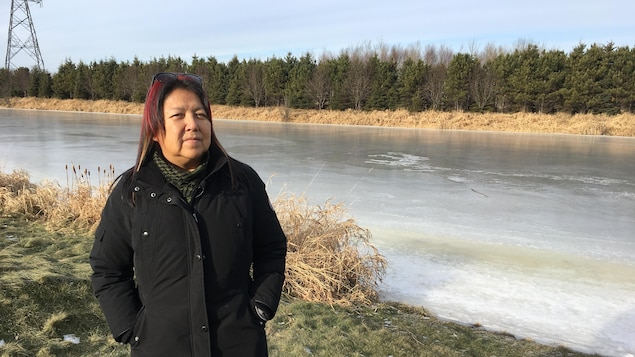 Sharon Johnson devant la rivière McIntyre à Thunder Bay