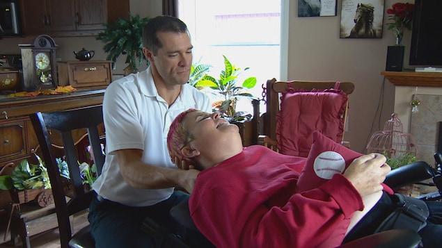 Sharon Krar avec son chiropraticien