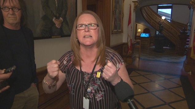 Sharon Teare, du SCFP, devant les caméras.