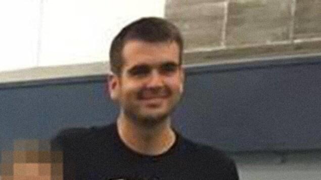 Photo d'un homme dans un gymnase.