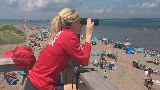 Une maître-nageuse surveille la plage Parlee