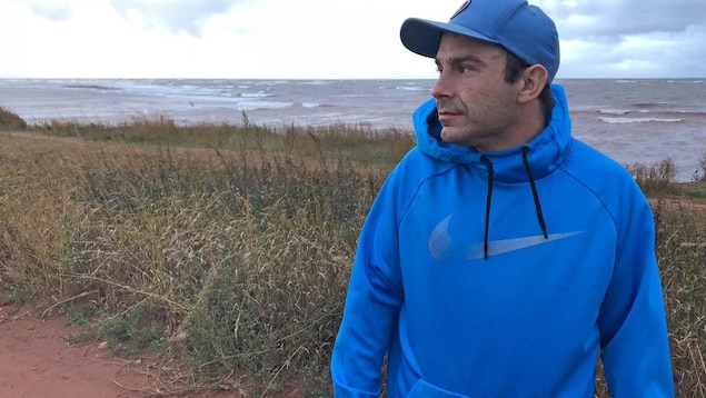 Sheldon DesRoches regarde en direction de la mer.