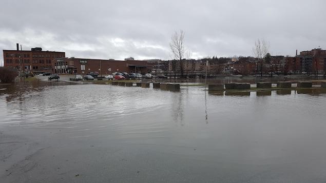 Le centre-ville de Sherbrooke inondé.