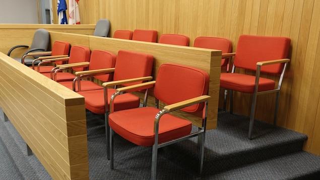 Des sièges de jurés
