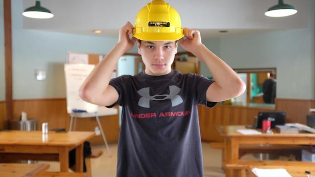 Siinasi Tassé-Dion, 16 ans, porte le casque qui revient au meilleur joueur de la partie de la veille.