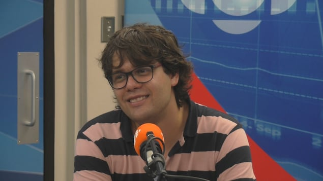 Simon Girard en entrevue dans les studio de Radio-Canada