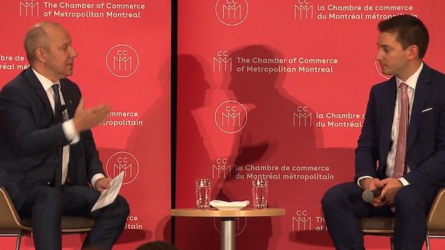 Les deux hommes en discussion.