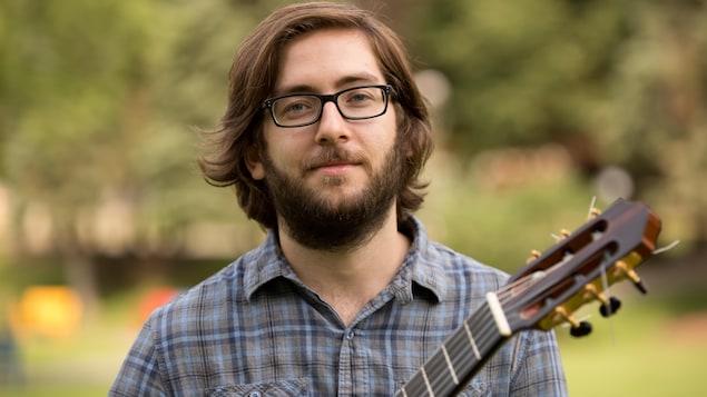 Simon pose avec sa guitare