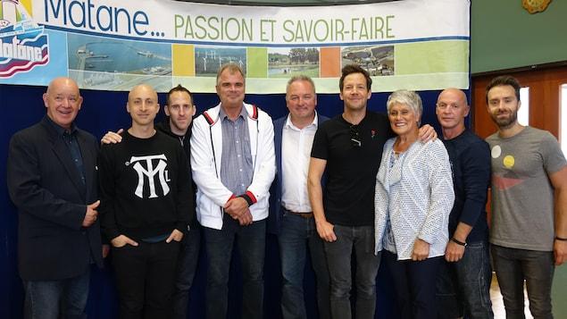 Les membres de Simple Plan en compagnie du maire Jérôme Landry et de conseillers municipaux.