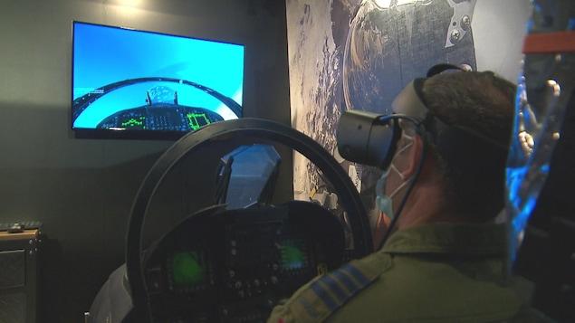 Un militaire teste le simulateur de vol.