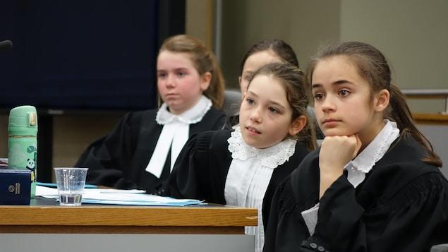 Quatre jeunes filles tenaient le rôle de procureures aux poursuites criminelles et pénales lors du procès simulé qui s'est tenu au Palais de justice de Rivière-du-Loup.