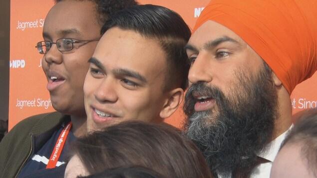 Jagmeet Singh en compagnie de militants lors du congrès de son parti à Ottawa.