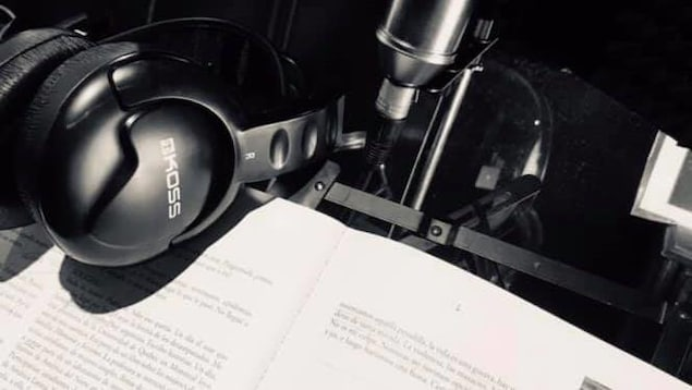 Un libro y unos audífonos representando el teatro para los oídos de la compañía Singulier Pluriel de Montreal.