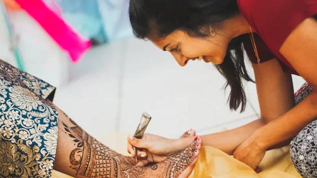 From a young age, Sinthusha was fascinated by henna art. Now, she uses the proceeds from her art to help others.