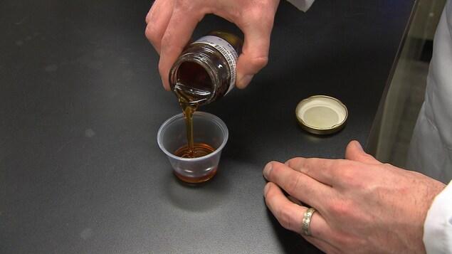 Un chercheur s'apprête à analyser du sirop d'érable.