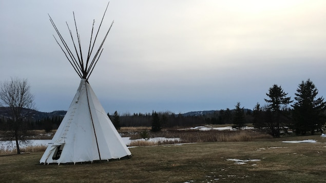 Un tipi sur le site des audiences à Thunder Bay