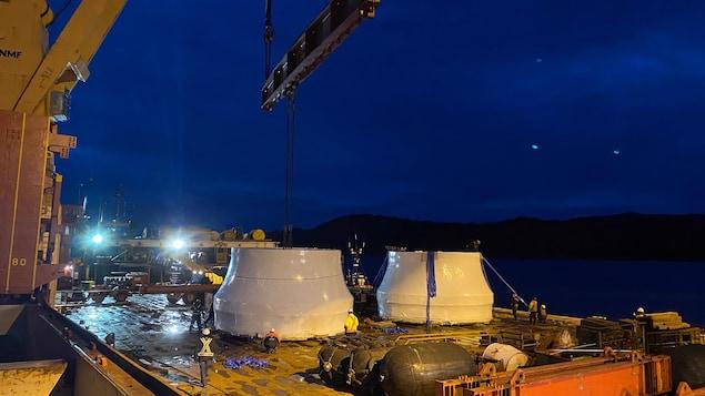 Deux roues de turbines sur un bateau cargo le soir.