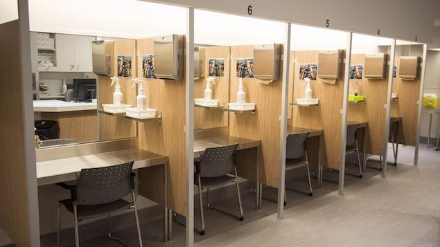 Rangée de cabines au centre d'injection supervisée de l'organisme Cactus, à Montréal, le 26 juin 2017.