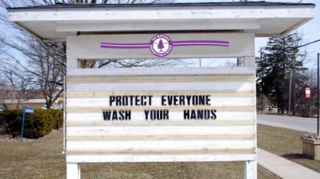 Un panneau dans la communauté de Six Nations de Grand River, en Ontario, rappelle l'importance du lavage des mains.