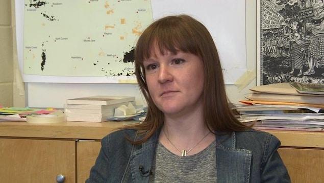 Une femme dans une salle de classe.