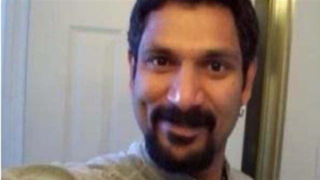 Gros plan sur un homme d'origine Sri Lankaise avec une barbe