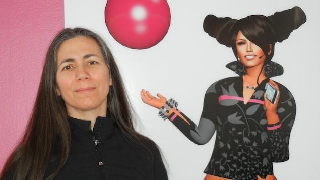L'artiste Skawennati devant son avatar