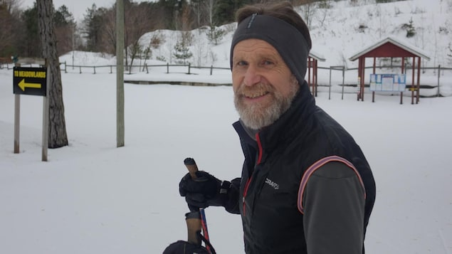 Le skieur David Lowe profite de son après-midi sur les pistes de ski de fond.