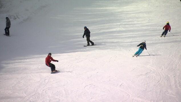 Des skieurs dévalent la pente