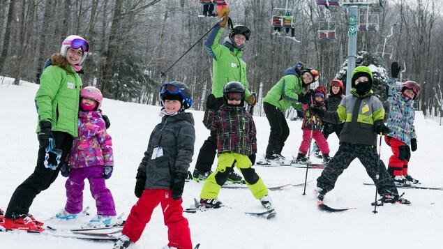 De jeunes skieurs avec des moniteurs.