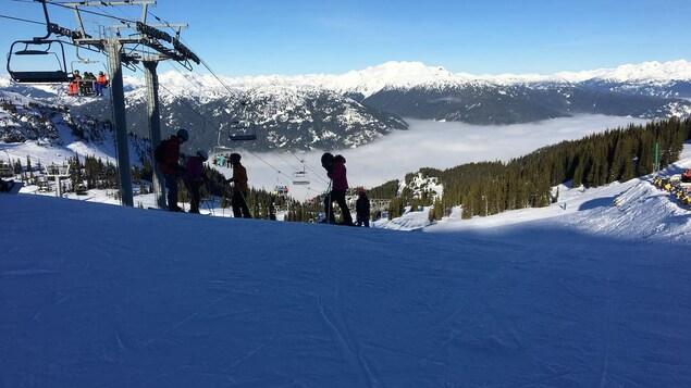 Des skieurs et planchistes à Whistler.