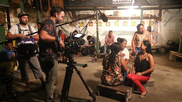 L'équipe en action lors du tournage de la troisième saison de la série Skindigenous, un documentaire sur l'art du tatouage produit par Jason Brennan de Nish Media, un membre de la communauté de la Première Nation de Kitigan Zibi.